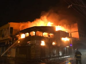 Santiago: Fuego destruye dos librerias tradicionales
