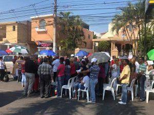 Padre Carlos Santana protesta con una misa en avenida